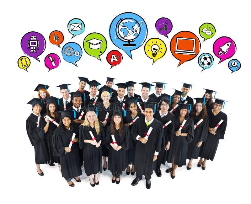 Grupo de graduação feliz dos estudantes foto de stock