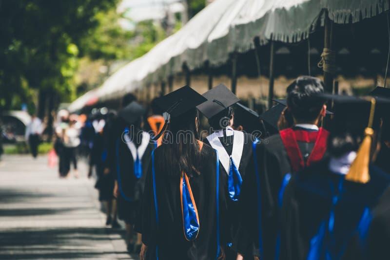 Grupo de graduados durante o come?o Felicita??es da educa??o do conceito na universidade imagens de stock