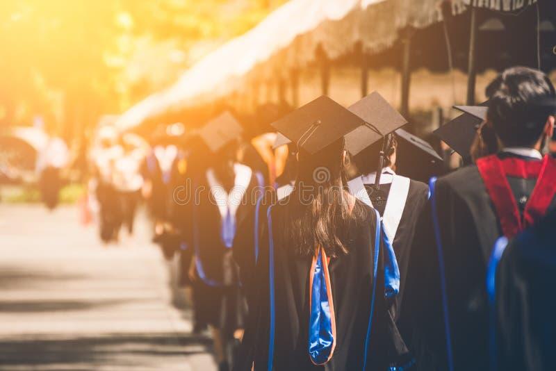 Grupo de graduados durante o come?o Felicita??es da educa??o do conceito na universidade fotos de stock royalty free