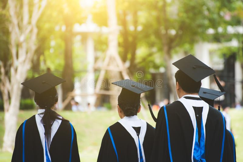 Grupo de graduados durante o come?o Felicita??es da educa??o do conceito na universidade imagem de stock