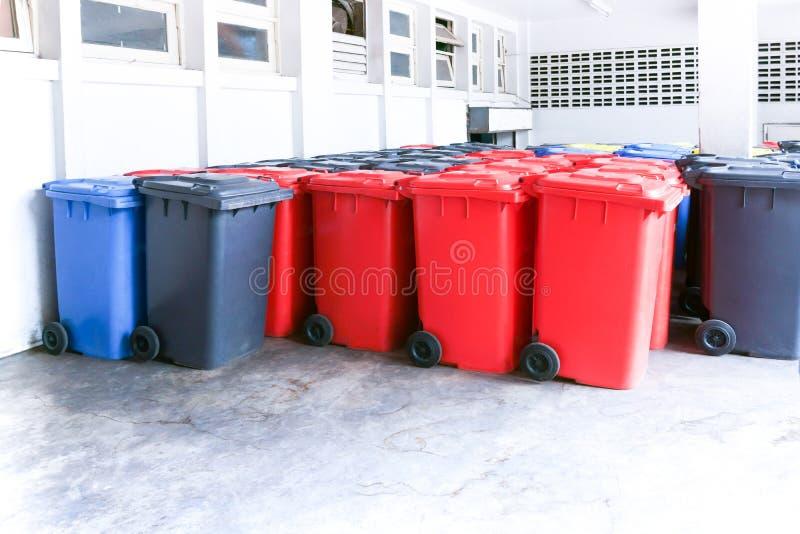 Grupo de grandes escaninhos coloridos novos do wheelie para desperdícios, reciclando o desperdício imagem de stock