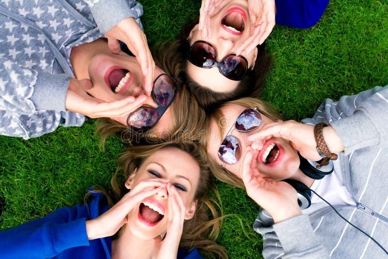 Grupo de grito de los amigos imagen de archivo