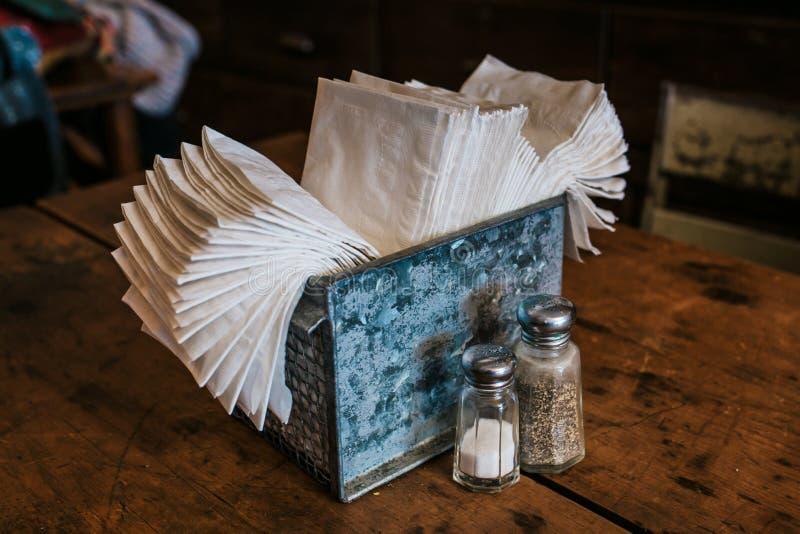 Grupo de guardanapo com sal e pimenta na tabela imagens de stock royalty free