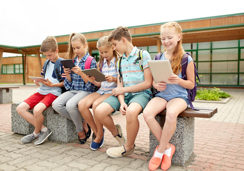 Grupo de hablar feliz de los estudiantes de la escuela primaria foto de archivo libre de regalías