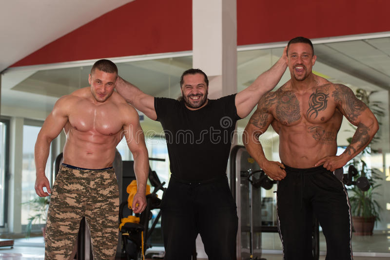 Grupo de halterofilistas que levantam no Gym fotos de stock royalty free