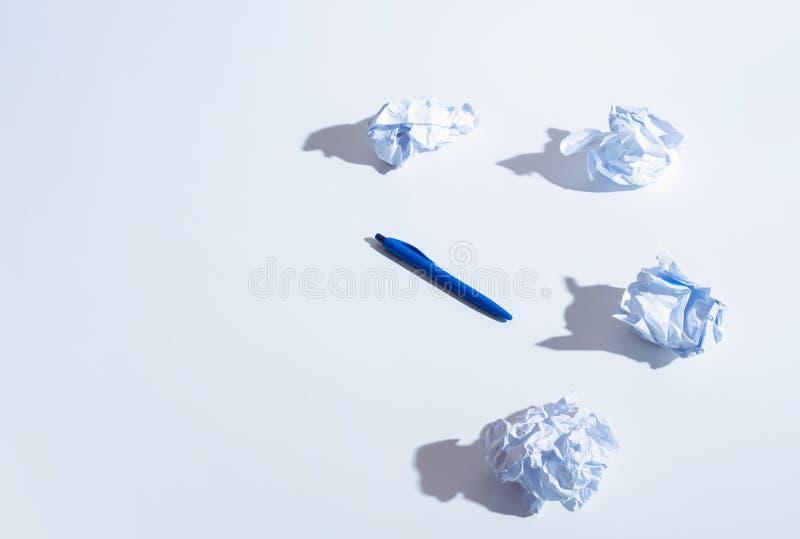 Grupo de hoja arrugada de papeles en blanco en forma de la bola foto de archivo
