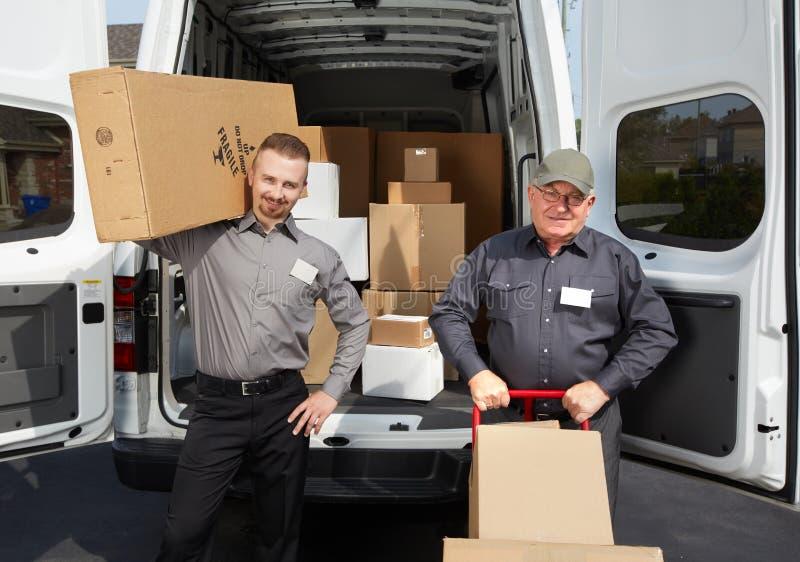 Grupo de hombre de entrega con un paquete foto de archivo libre de regalías