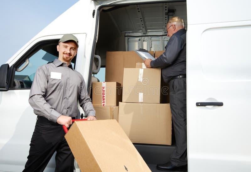 Grupo de hombre de entrega con un paquete imágenes de archivo libres de regalías
