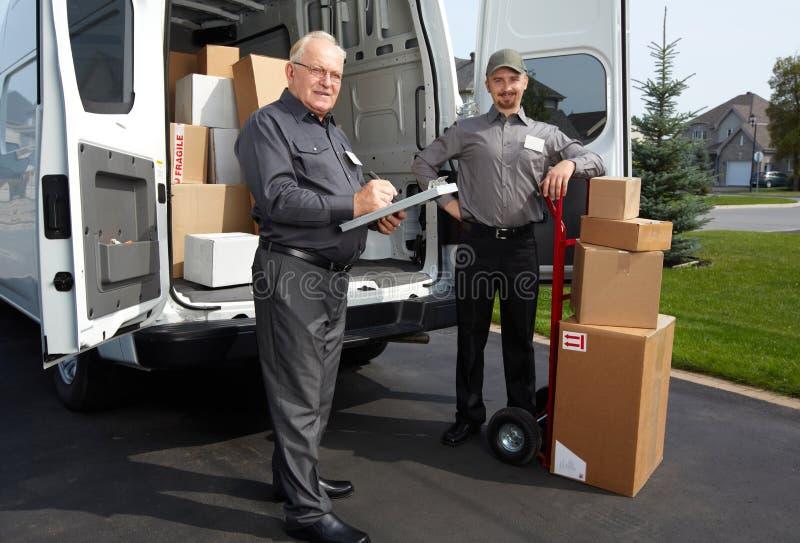 Grupo de hombre de entrega con un paquete imagen de archivo