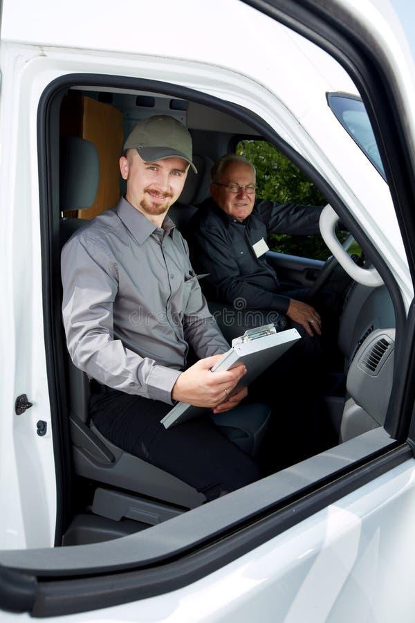 Grupo de hombre de entrega en un coche foto de archivo libre de regalías