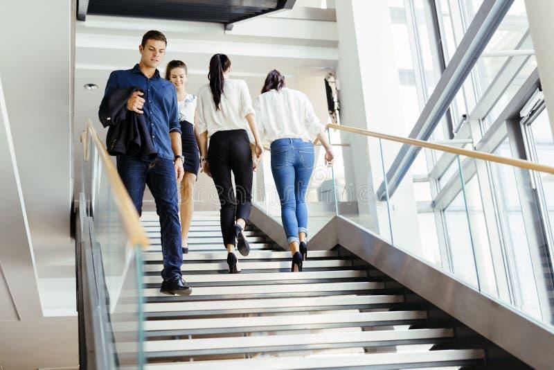 Grupo de hombre de negocios que camina y que toma las escaleras imagen de archivo libre de regalías