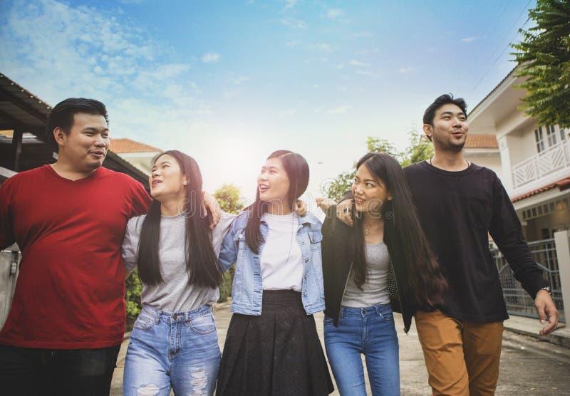 Grupo de hombre más joven asiático y de mujer que relajan la cara sonriente dentuda con la emoción de la felicidad imágenes de archivo libres de regalías