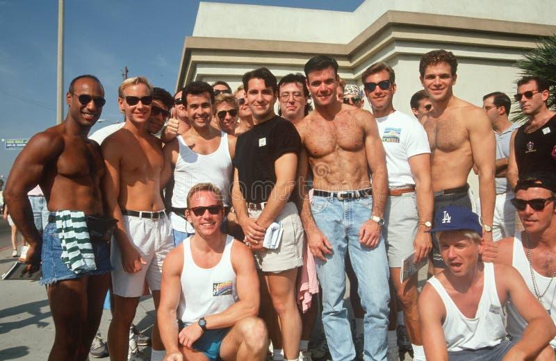Grupo de hombres alegres en Hollywood del oeste, imagen de archivo