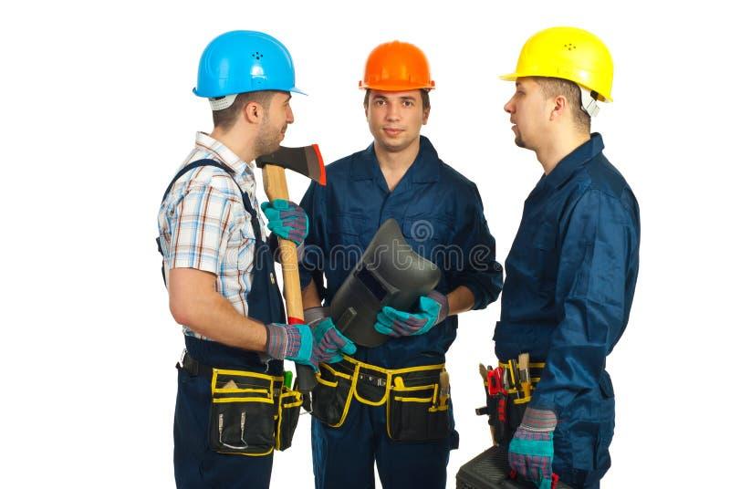 Grupo de hombres de los trabajadores que tienen conversación imagen de archivo