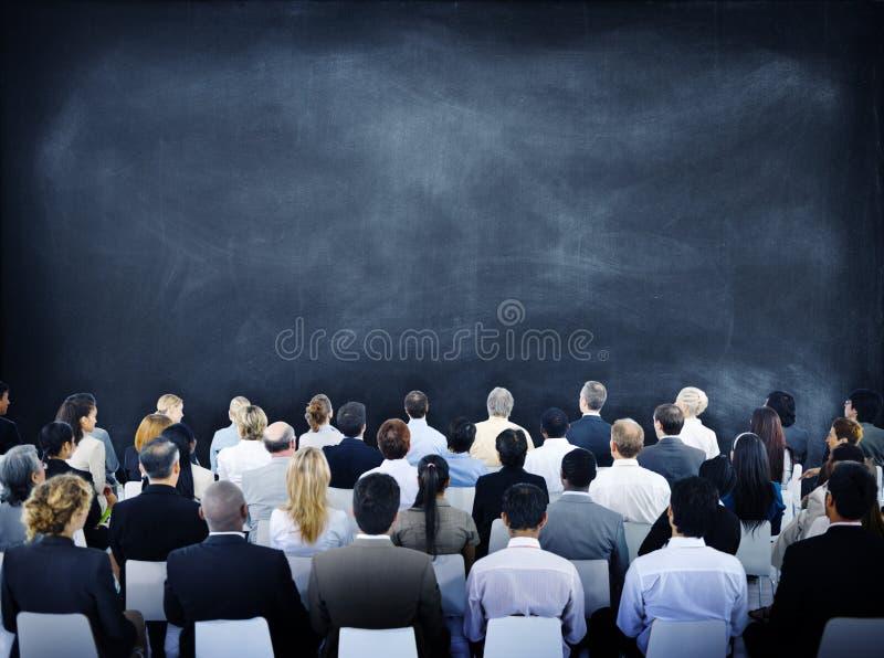 Grupo de hombres de negocios diversos en un seminario foto de archivo