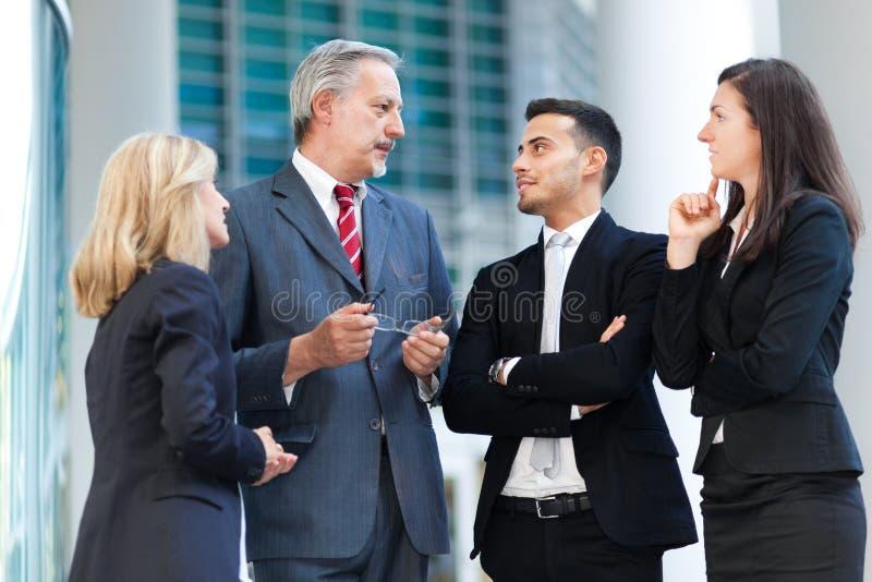 Grupo de hombres de negocios el hablar imagen de archivo