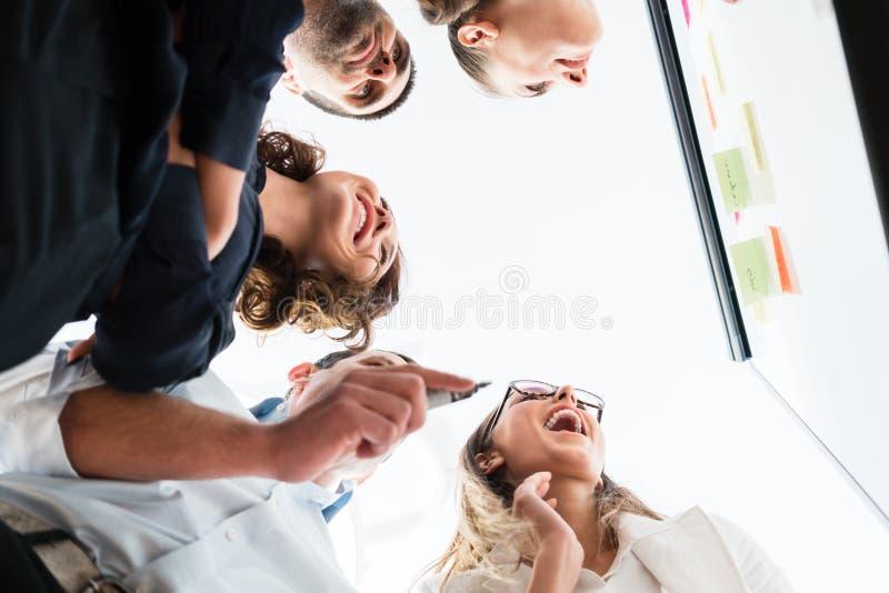 Grupo de hombres de negocios en oficina en la reunión de reflexión creativa foto de archivo libre de regalías