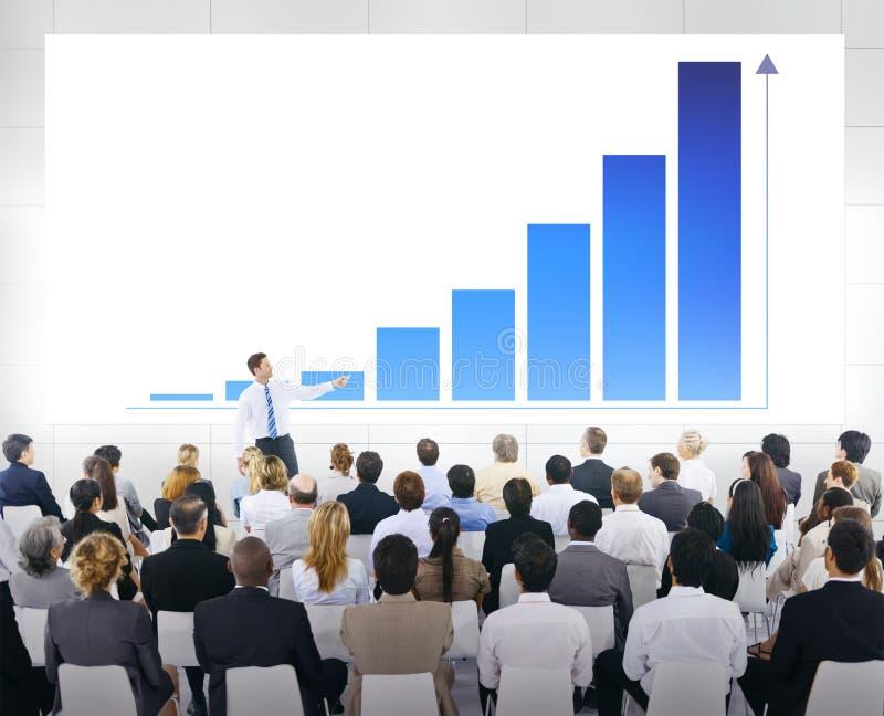 Grupo de hombres de negocios en una reunión imagenes de archivo