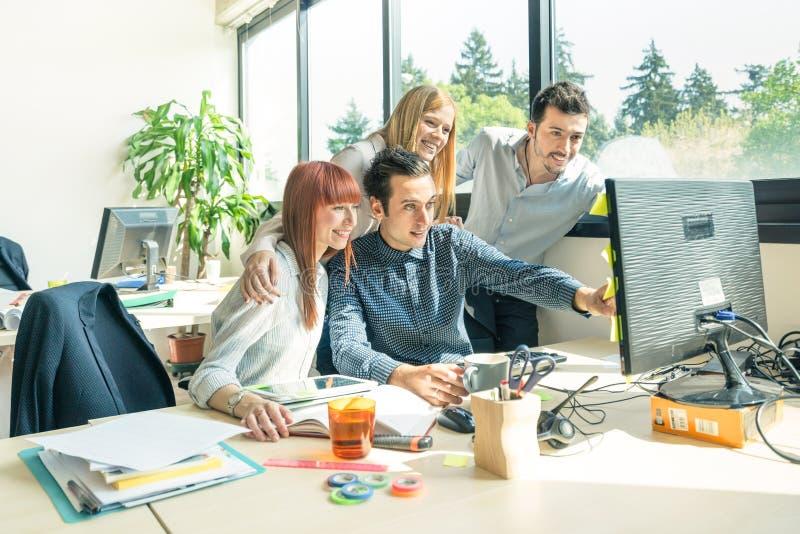 Grupo de hombres de negocios jovenes - comience para arriba a los trabajadores del empleado con el ordenador fotos de archivo libres de regalías
