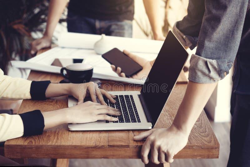 Grupo de hombres de negocios jovenes de Asia en la reunión Concepto de lanzamiento del negocio fotografía de archivo