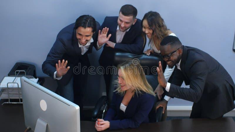 Grupo de hombres de negocios multirraciales que miran una pantalla del ordenador portátil, teniendo videoconferencia fotografía de archivo libre de regalías