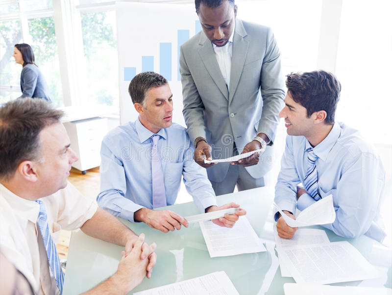 Grupo de hombres de negocios que discuten nuevo proyecto foto de archivo