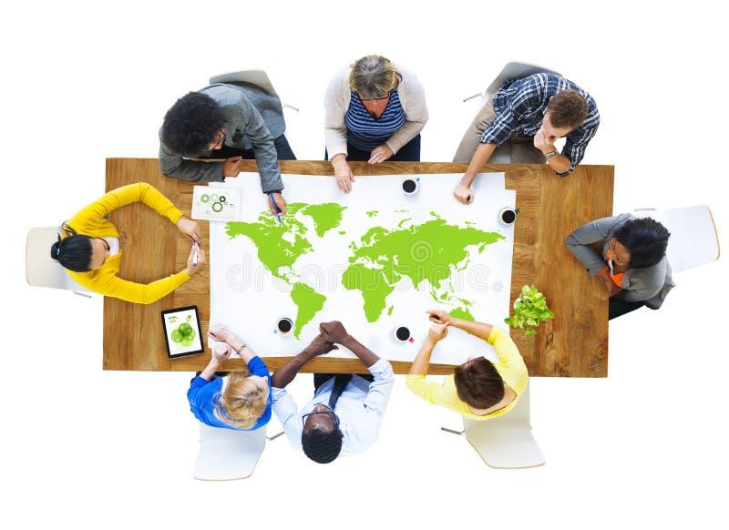 Grupo de hombres de negocios que encuentran con el mapa del mundo fotografía de archivo