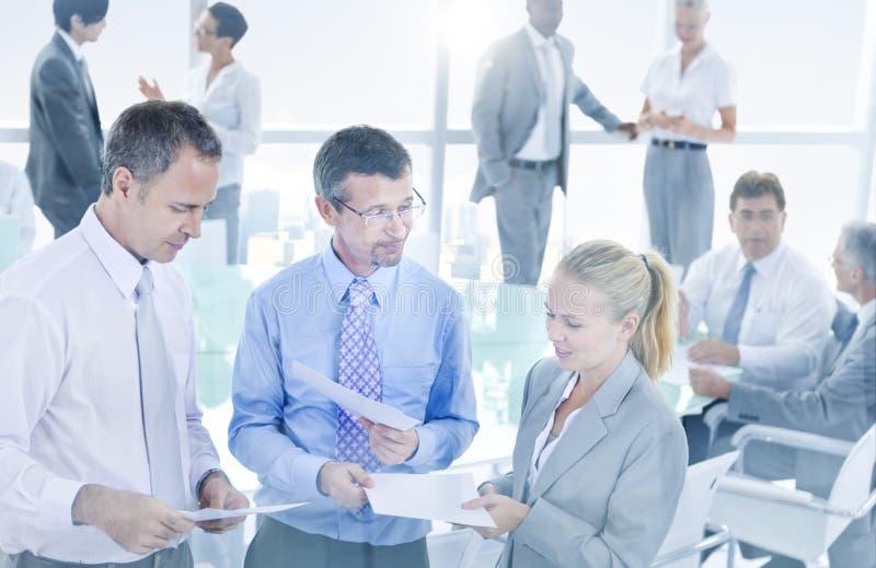 Grupo de hombres de negocios que hacen frente a concepto de la conferencia imagenes de archivo