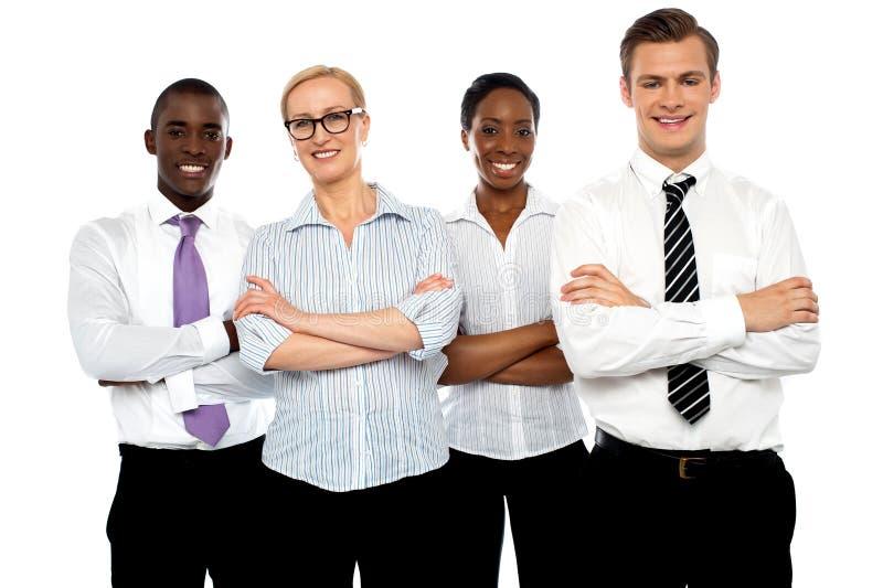 Grupo de hombres de negocios que presentan con los brazos cruzados imagenes de archivo