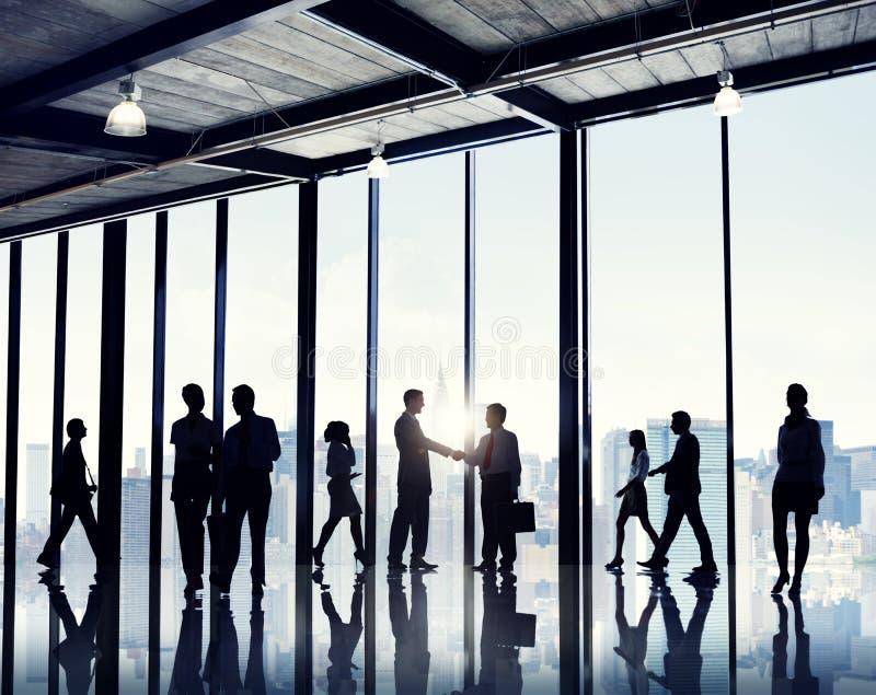 Grupo de hombres de negocios que se colocan en un edificio de oficinas imagen de archivo libre de regalías