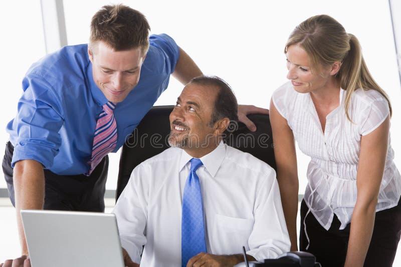 Grupo de hombres de negocios que trabajan en oficina imagen de archivo
