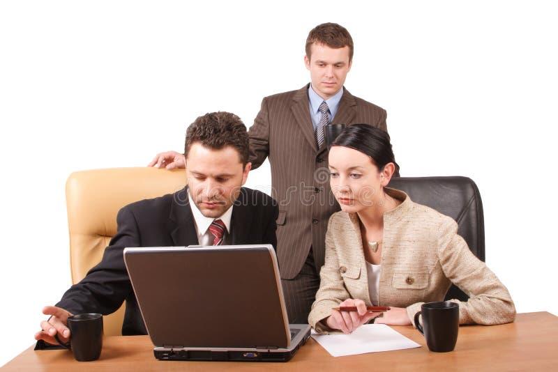 Grupo de hombres de negocios que trabajan junto con la computadora portátil en la oficina - horizontal, aislado fotografía de archivo