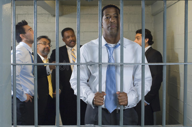 Grupo de hombres en celda de prisión imagenes de archivo