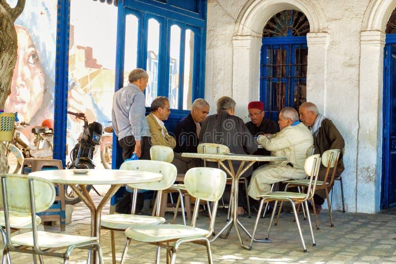 Grupo de hombres en una cafetería en el EL Souk de Houmt en Djerba, Túnez imagenes de archivo