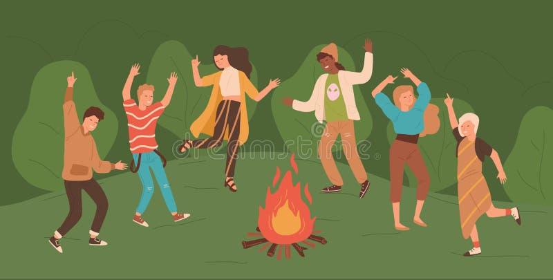 Grupo de hombres jovenes felices y de mujeres que bailan alrededor de hoguera en la gente del bosque que disfruta del partido en  ilustración del vector