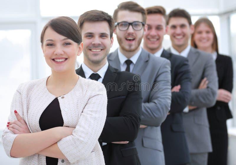 Grupo de hombres de negocios con el líder de sexo femenino en frente fotos de archivo libres de regalías