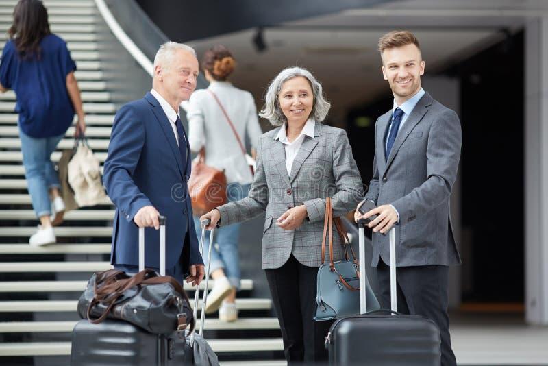 Grupo de hombres de negocios en aeropuerto imagen de archivo