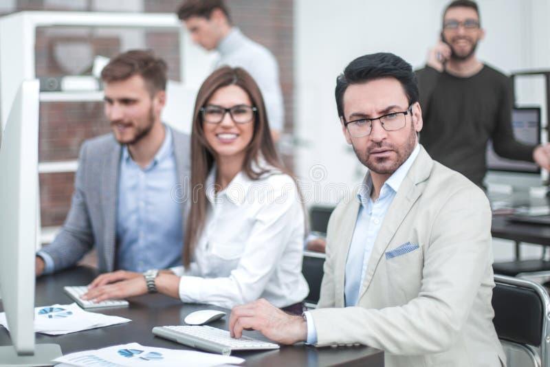 Grupo de hombres de negocios en el lugar de trabajo en la oficina imagen de archivo libre de regalías