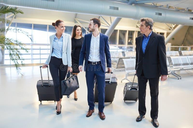 Grupo de hombres de negocios en el terminal de aeropuerto fotografía de archivo libre de regalías