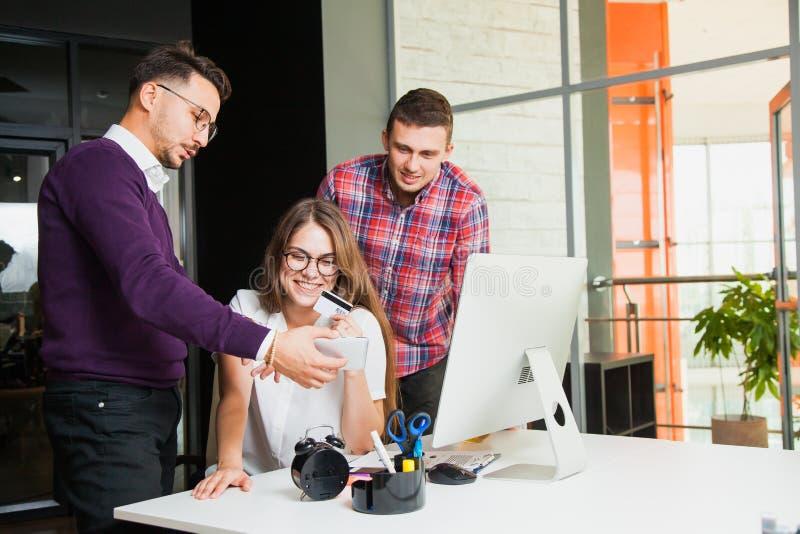 Grupo de hombres de negocios en oficina cerca del monitor de computadora fotos de archivo libres de regalías