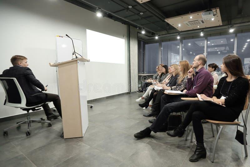 Grupo de hombres de negocios en un seminario en la oficina moderna fotos de archivo libres de regalías