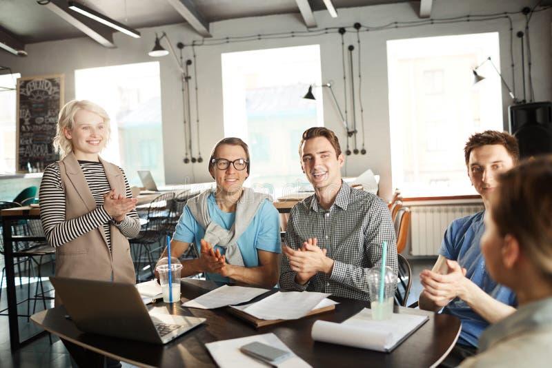 Grupo de hombres de negocios jovenes alegres foto de archivo