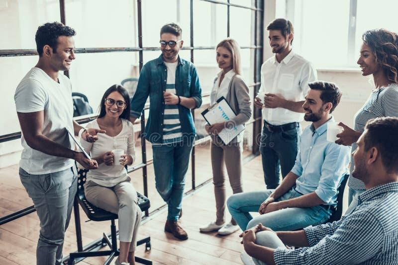 Grupo de hombres de negocios jovenes en rotura en oficina foto de archivo libre de regalías