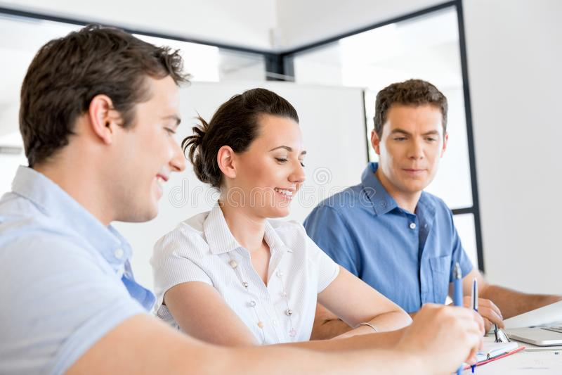 Grupo de hombres de negocios jovenes felices en una reunión fotografía de archivo libre de regalías