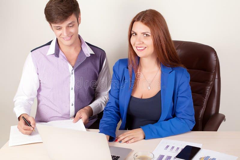 Grupo de hombres de negocios jovenes felices en una reunión en la oficina imagen de archivo libre de regalías