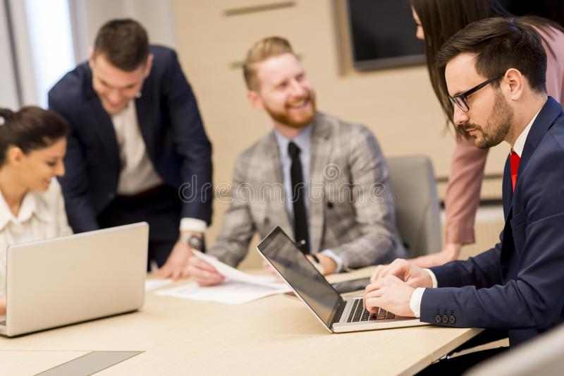 Grupo de hombres de negocios jovenes felices en una reunión en la oficina fotografía de archivo