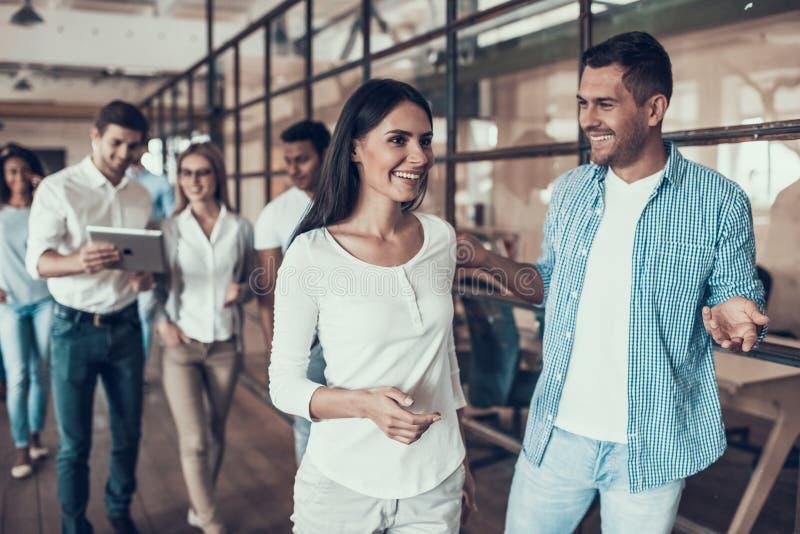 Grupo de hombres de negocios jovenes que caminan junto foto de archivo libre de regalías