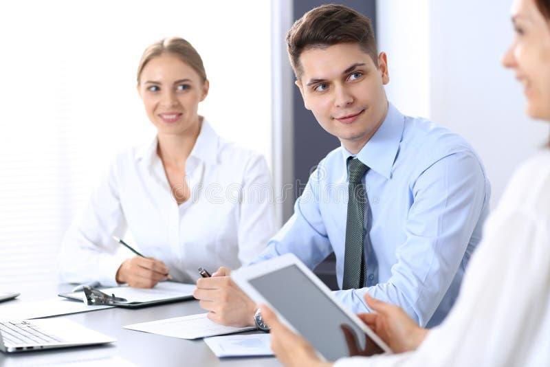 Grupo de hombres de negocios o de abogados que discuten términos de la transacción en oficina Concepto de la reunión y del trabaj fotos de archivo