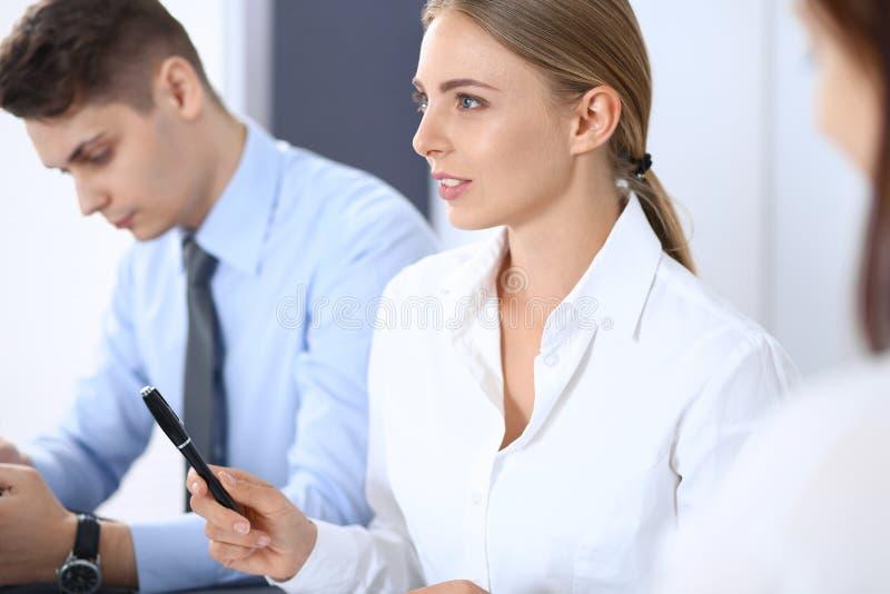 Grupo de hombres de negocios o de abogados que discuten términos de la transacción en oficina Concepto de la reunión y del trabaj fotos de archivo libres de regalías