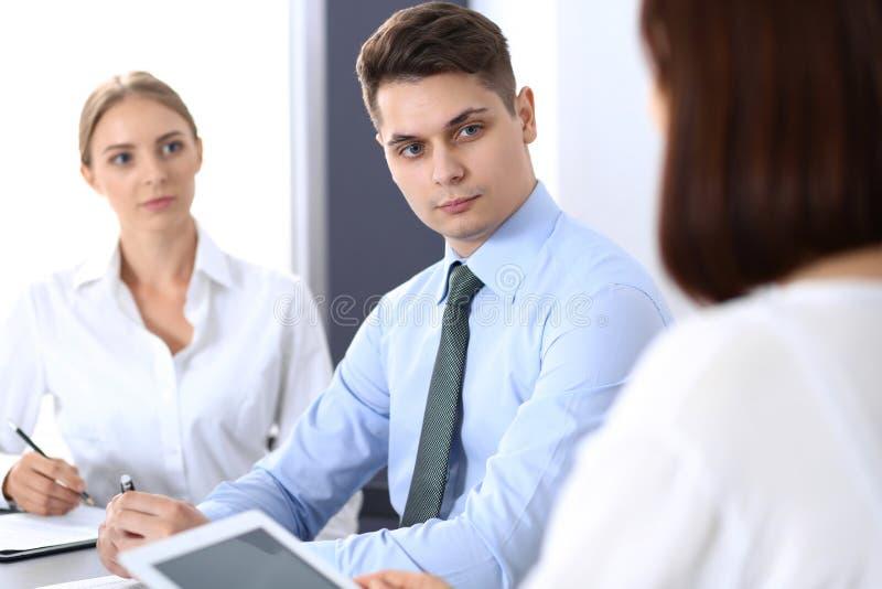 Grupo de hombres de negocios o de abogados que discuten términos de la transacción en oficina Concepto de la reunión y del trabaj fotografía de archivo